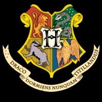 Талисман и цвета каждого факультета. По часовой стрелке с левого верхнего угла: гриффиндорский лев, слизеринская змея, когтевранский орёл, пуффендуйский барсук. Девиз означает : «Не щекочи спящего дракона!»