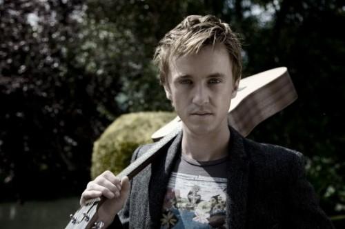 Том Фелтон с гитарой